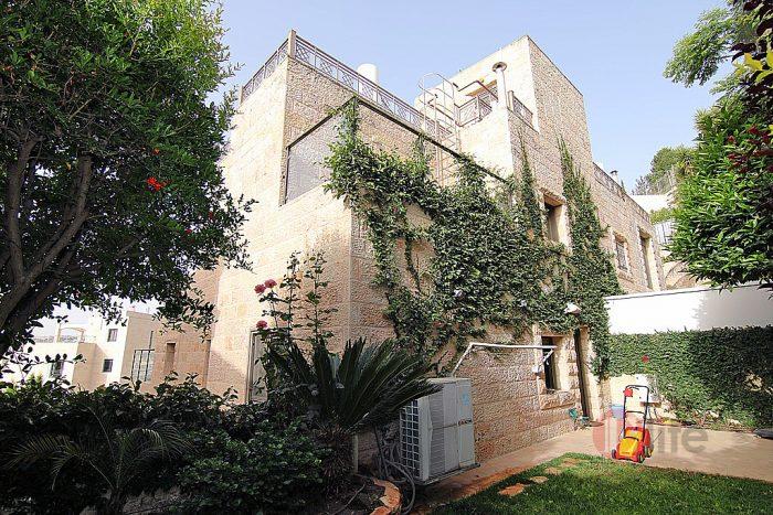 """למכירהבית פרטי בירושלים בשכונת הולילנד. למכירה בירושלים בית פרטי מפואר בשכונת הולילנד בית פרטי למכירה בירושלים בשכונת הולינד, על מגרש של חצי דונם, 220מ""""ר בנוי, שלוש מרפסות של 120מ""""ר , חניות של 100מ""""ר שתי גינות של 150מ""""ר מפואר, שקט , מלא אור. 3 מפלסים , מעלית פנימית, חימום תת רצפתי במערכת מים , מערכת מיזוג נפרדת בכל חדר. חניות פרטיות מקורות עם כניסה ישר לתוך הבית, מחסן ענק  2 סוויטות ענקיות , חדר עבודה"""